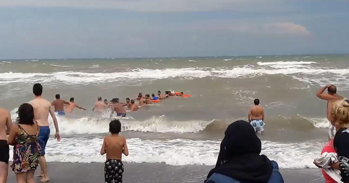 Beachgoers In Argentina Save Lives By Forming Human Chain And Restoring Faith In Humanity In The Process